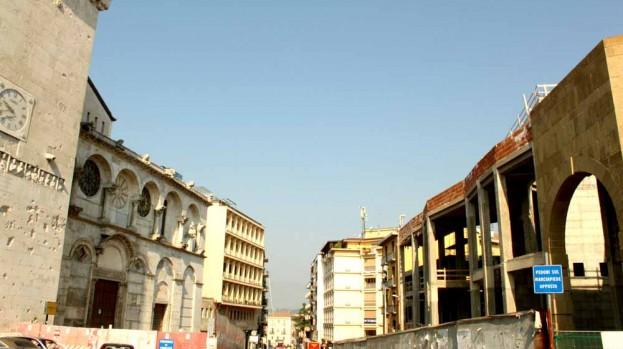 Veduta del Duomo di Benevento con il cantiere per il Museo d'Arte Contemporanea