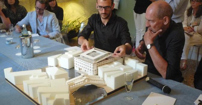 Rem Koolhaas alla presentazione del progetto durante la Biennale del 2010
