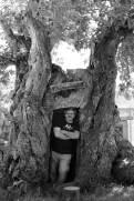 Tiziano Fratus, Autoritratto nell'Osteria del Bugeon, un castagno (Castanea sativa) in località Ca' del Topo a Castel di Casio, Emilia Romagna. © Tiziano Fratus – Laterza Editore