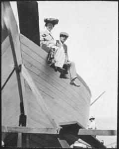 7. Jack e Charmian London in visita allo Snark durante la sua costruzione. San Francisco, 1906. © Henry E. Huntington Library