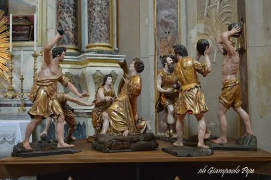il prezioso gruppo ligneo di statue del XVII secolo che ritraggono il martirio di Santo Stefano