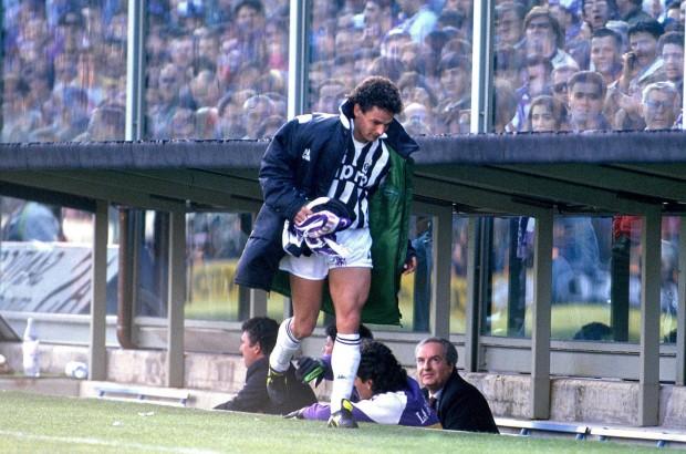 Roberto Baggio con la sciarpa raccolta dopo il rigore fallito in Fiorentina-Juventus (90/91)