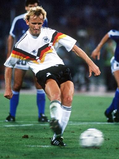Andreas Brehme calcia il rigore Mondiale