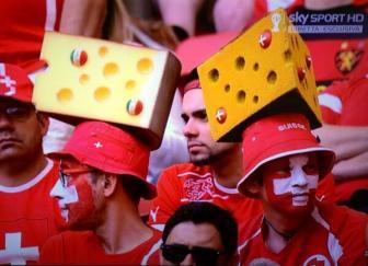 I copricapi dei tifosi svizzeri hanno preso in contropiede anche i brasiliani, notoriamente pronti a tutti in fatto di kitsch