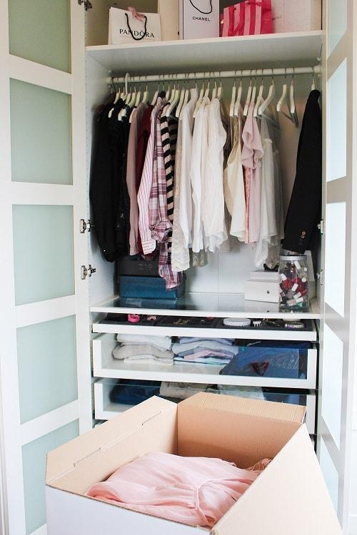 Kleiderschrank mit STORITY Lagerbox Selfstorage