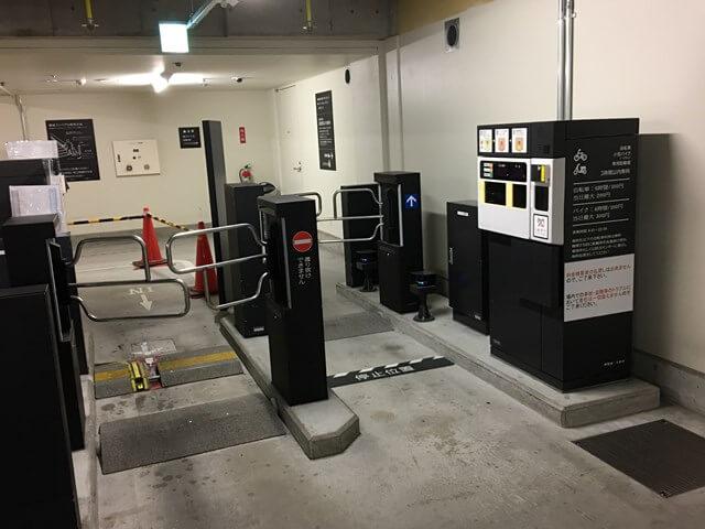 駐輪場の精算機とゲートの外観