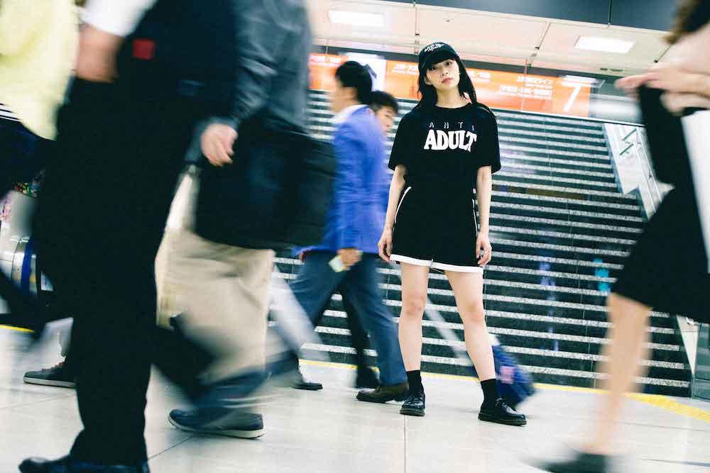 【NAP】渡辺淳之介、TANGTANGとのコラボTシャツを発表、モデルはBiSアヤ・エイトプリンス