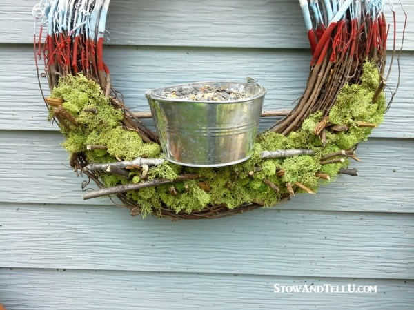 Feed the birds with this patriotic diy bird feeder wreath - StowandTellU.com