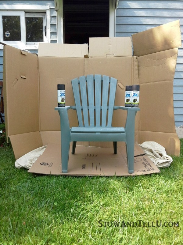 DIY spray paint booth and Tutorial for spray painted plastic lawn chairs with a tip for making an easy spray paint booth with cardboard - garden, yard work, yardworkation - StowAndTellU.com