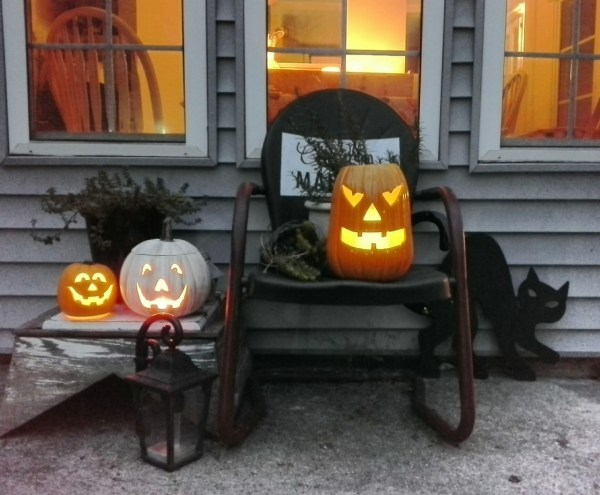 Thrift store jack-o-lanterns Halloween porch | StowAndTellU.com