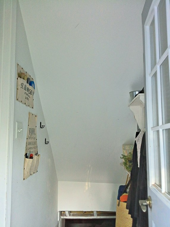 Entryway-Stairway $100 Room Challenge- Before the makeover | stownadtellu.com