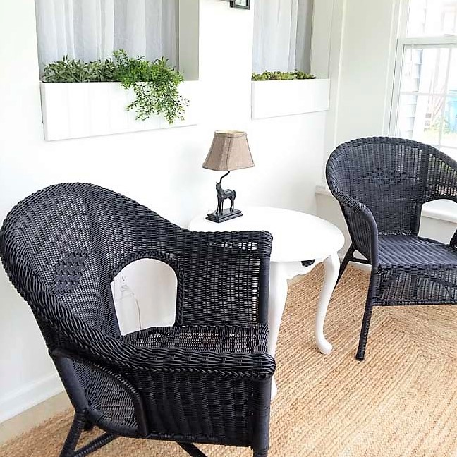 Spray painted resin wicker chairs in black | How to spray paint resin wicker | stowandtellu.com