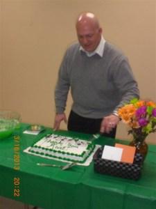 Kurt cutting the cake