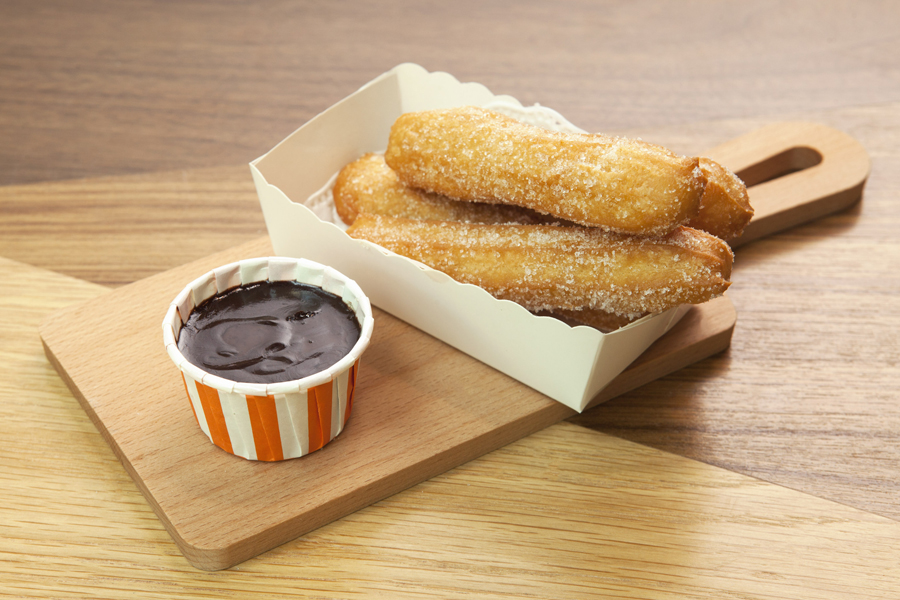 CMCR_Sugar-dusted churros with chocolate sauce (WF)