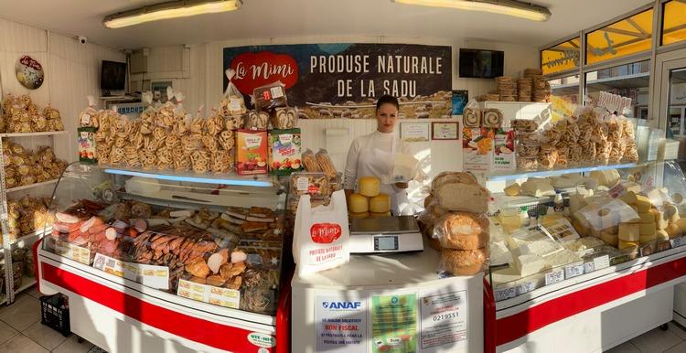 În magazinul său din Piața Cibin, Maria are parte mereu de clienți aflați în căutarea produselor naturale