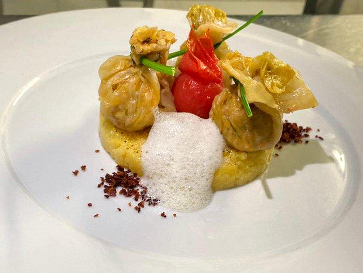 Sarmale în foi de varză cu mămăligă prăjită în unt, bacon crocant și spumă de smântână á la Chef Marius Muntean