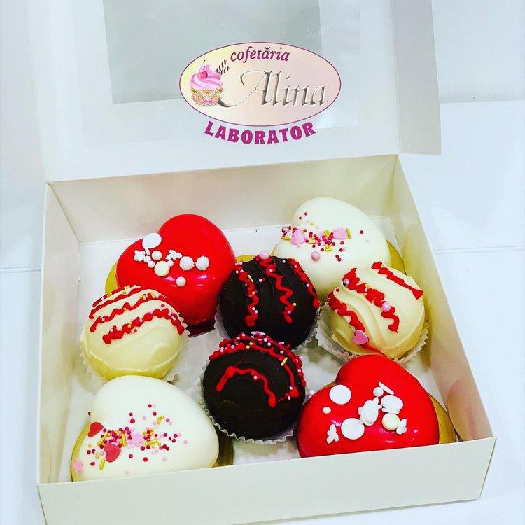 """Cutie cadou cu 4 inimioare din mousse de ciocolată albă cu inserție de căpșuni și 4 """"bombe"""" de ciocolată - 100 lei"""