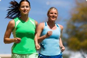 Merginos bėgioja