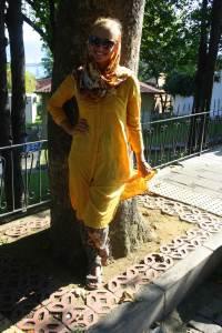 Geltona iranietiška suknelė ir skara