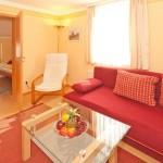 wohnzimmer-mit-gemuetlicher-sitzecke
