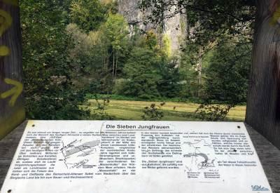 Ein Holzrahmen mit Blick auf die Sieben Jungfrauen