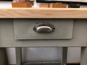 Kleiner Werktisch mit Schublade / Verfügbar