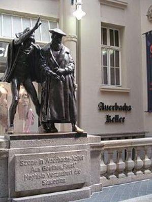 Το άγαλμα του Μεφιστοφελή γητεύοντας τους σπουδαστές του Φάουστ