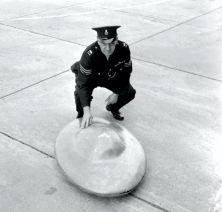 Αστυνομικός του Κεντ επιθεωρεί ένα από τα παράξενα αντικείμενα