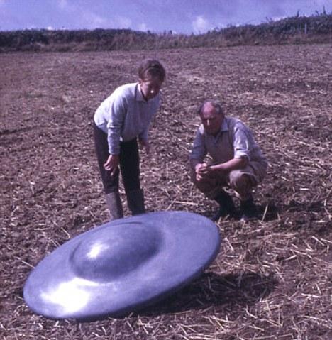Ο αγρότης Ντικ Τζένινγκς και η κόρη του εξετάζουν ένα από τα παράξενα αντικείμενα