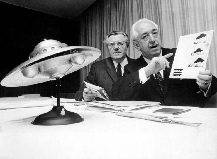 Ο Κόλμαν Φον Κεβίτσκυ στα δεξιά (21/08/1909 - 27/07/1998)