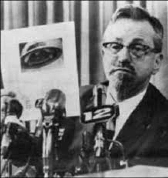 Ο Γιόζεφ Άλλεν Χάινεκ (01/05/1910 - 27/04/1986), γνωστός ως ο πρώτος και ένας από τους λίγους επαγγελματίες αστρονόμους που μελέτησαν το φαινόμενο των UFO. Μετά από παράκληση της αμερικανικής κυβερνήσης και της Πολεμικής Αεροπορίας, συμμετείχε σε τρία διαδοχικά προγράμματα: Το Πρόγραμμα Σάιν (Project Sign, 1947–1949), το Πρόγραμμα Γκρατζ (Project Grudge, 1949–1952) και τέλος το Πρόγραμμα Κυανή Βίβλος (Project Blue Book, 1952 ως 1969). Στη συνέχεια, επί δεκαετίες διεξήγε τις δικές του ανεξάρτητες έρευνες σχετικά με τα UFO.