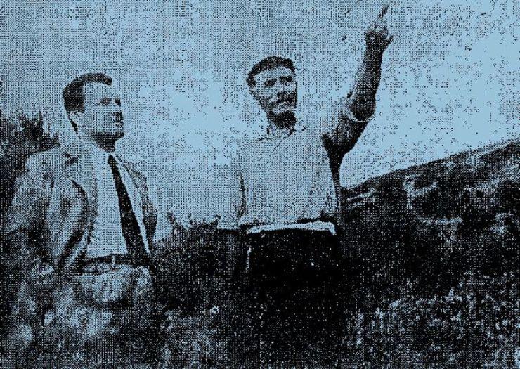 """Ο Ηλίας Βογιατζής δείχνει στον δημοσιογράφο της εφημερίδας """"ΕΜΠΡΟΣ"""", Διονύση Αβραμόπουλο, το σημείο στον ορίζοντα που εμφανίστηκε το άγνωστο ιπτάμενο αντικείμενο..."""