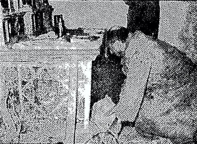 Ο Hoffman εξετάζοντας τον τάφο του Walsingham
