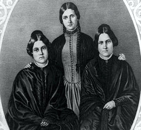 Οι αδελφές Fox (από αριστερά προς τα δεξιά: Leah, Kate και Margaret)