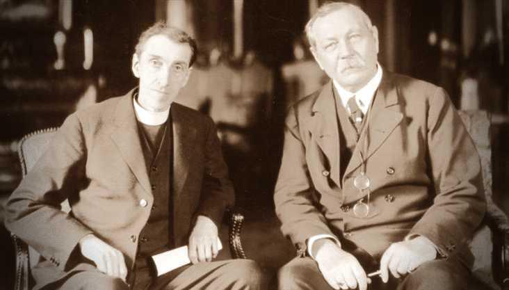 Ο Αιδεσιμότατος George Vale Owen (αριστερά) μαζί με τον Sir Arthur Conan Doyle (δεξιά)
