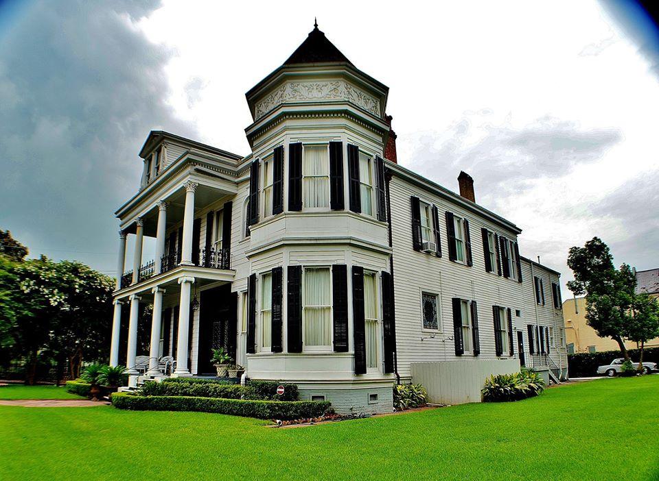 Beautiful mansion on the Garden District walking tour