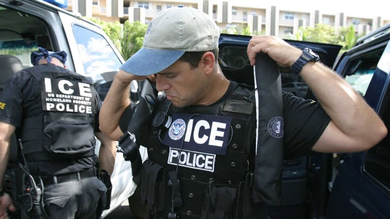 1200px-US_Immigration_and_Customs_Enforcement_SWAT_zubdfb