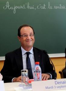 """Photo du Président François Hollande prise par Denis Charlet de l'AFP lors d'une visite dans une école pour marquer la rentrée scolaire. Cette photo a été retirée par l'AFP et Reuters. Mais elle a été reprise dans de nombreux médias moyen-orientaux, dont un journal syrien, avec un titre sans équivoque: """"Hollande l'illuminé veut provoquer une guerre mondiale""""."""