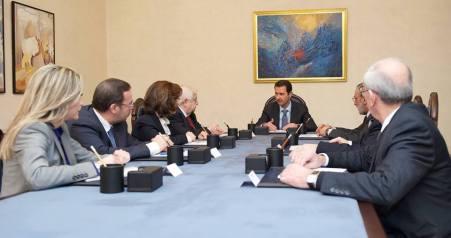 Le Président syrien Al-Assad avec les membres de la délégation syrienne qui assistera à Genève II peu avant son départ de Damas.