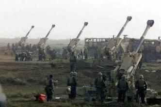 Des pièces d'artillerie de l'armée irakienne pilonnant des positions de l'Etat Islamique d'Irak et du Levant dans la province d'Al-Anbar, frontalière avec la Syrie et la Jordanie.