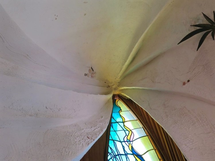 Resembling the petals of a flower, an unusual plaster roof crowns the interior space...