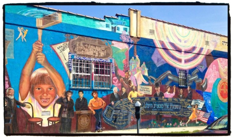 'A Shenere Un Besere Velt / A More Beautiful & Better World' artist: Eliseo Silva Workmen's Circle building 1525 South Robertson Boulevard