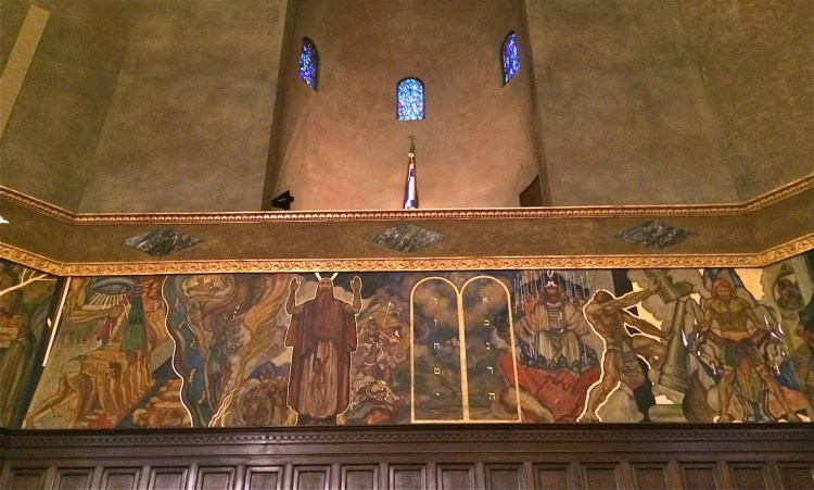 The walls are covered with murals depicting stages of Jewish history through 1929. They were painted by Hugo Ballin, who for much of his career was a Hollywood art director, and were commissioned by the Warner brothers.