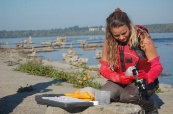 Living Lakes Canada representative Raegan examines benthic invertebrate sample at Remic Rapids (c) Rebecca Spring WWF