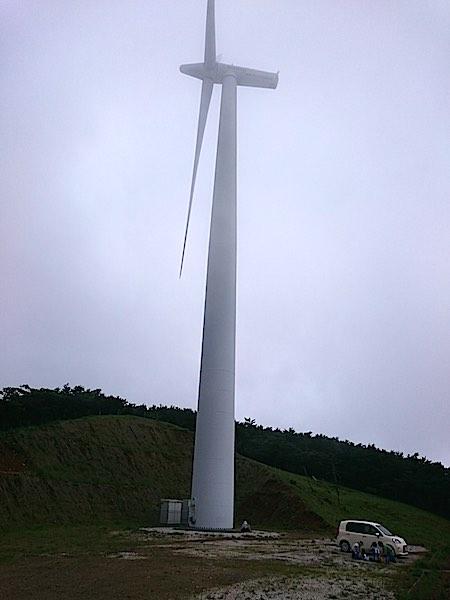 大河原高原 風車と車