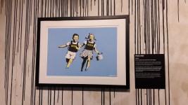 Police Kids, Banksy (2006) Les deux enfants courant naïvement portent des gilets pare-balles. Une façon de montrer comment la société surveille la jeune génération.
