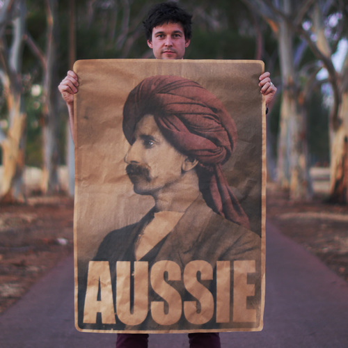 L'artiste est connu pour ses actions militantes. Poster collé dans les villes australiennes dans le cadre de la campagne 'What is a real Aussie?', Peter Drew ©Peter Drew