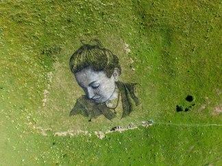 Saype, 'L'amour', Fresque de 1 400 m2 réalisée à La Clusaz, Suisse, 2015 ©Saype