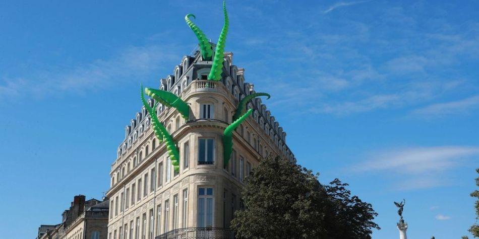 la-pieuvre-geante-des-artistes-britanniques-pete-hamilton-et-luke-egan-sur-limmeuble-du-civb
