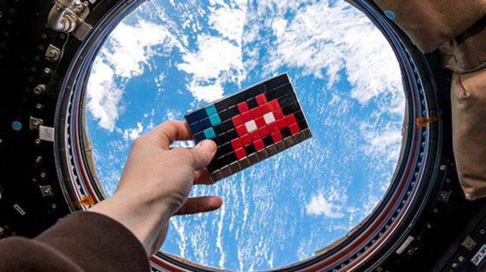 un-space-invader-dans-l-espace-et-terry-pratchett-en-4-citations-la-semaine-geek_5301021